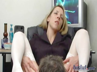 maria spreads her feet