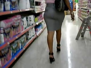 matura caminando into supermarket